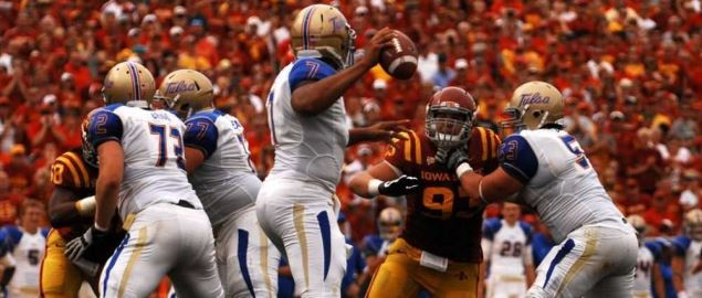 Tulsa Golden Hurricanes QB surveying the field vs Iowa State in 2012 away game.